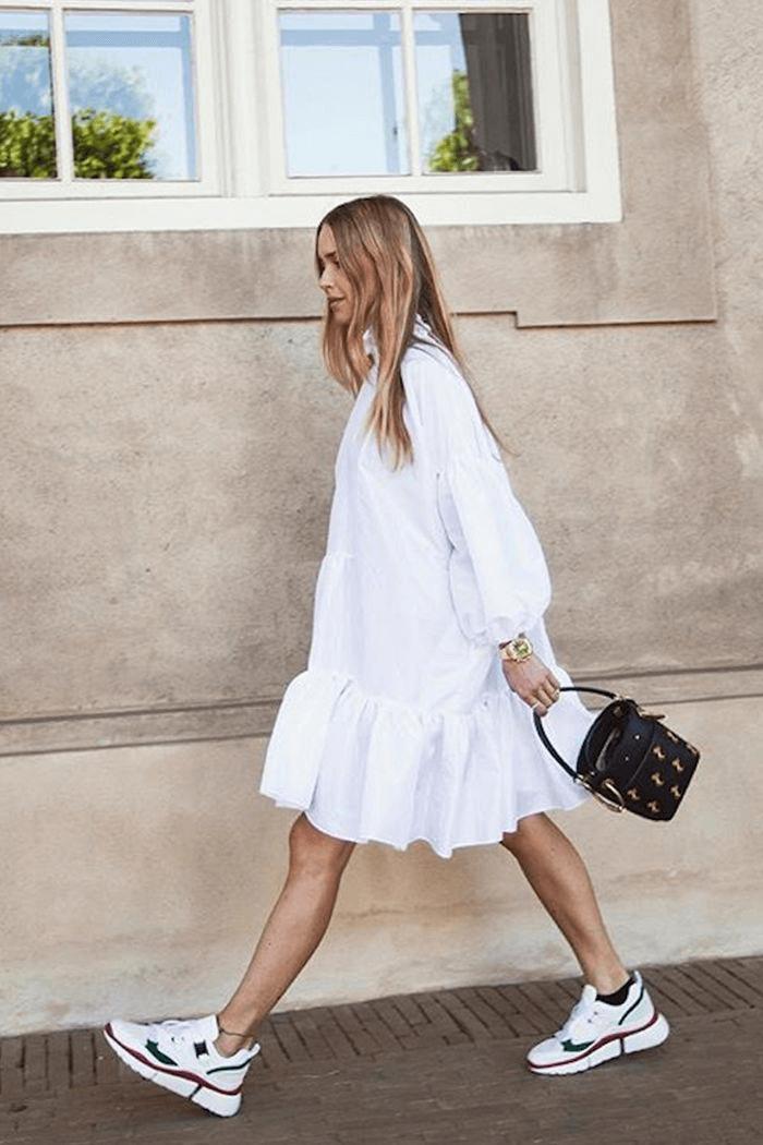 look vestido rendado e tênis branco